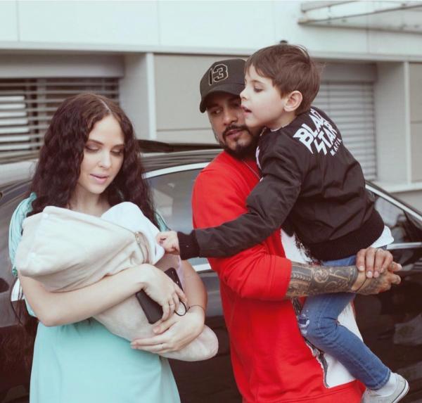 Натан с женой и сыновьями