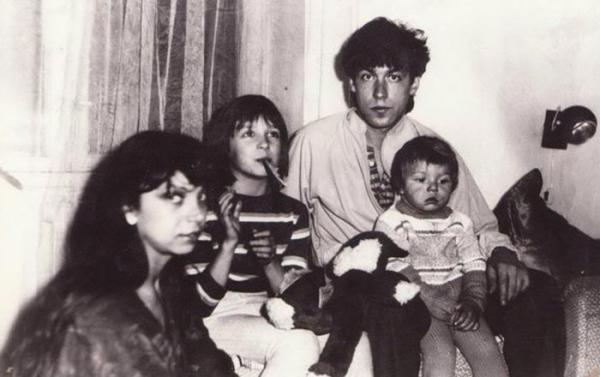 На фото: Владимир Кузьмин с женой и детьми