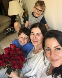 Арина Вознесенская с мамой Анной и двумя сыновьями