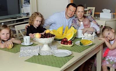 На фото - семья Владимира Соловьева