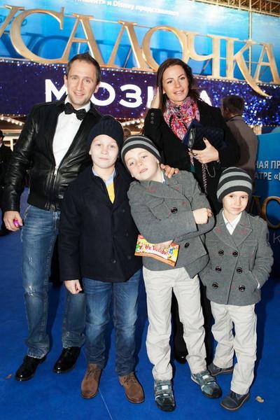 На фото: Оскар Кучера с женой и детьми