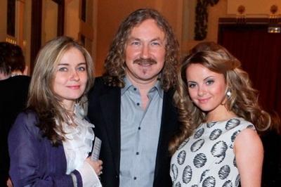 На фото: Игорь Николаев со старшей дочерью и Юлией Проскуряковой