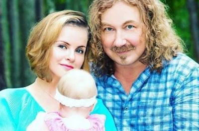На фото: Игорь Николаев с женой и дочкой