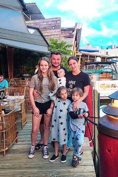 На фото - Сергей Жуков со старшей дочерью, второй женой и детьми