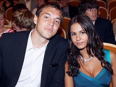 На фото - Артем Дзюба с женой