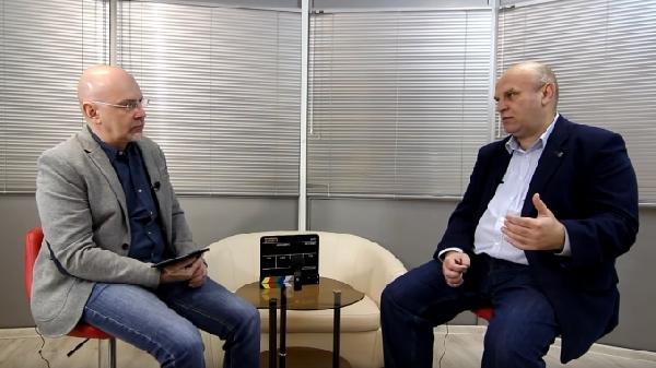 Карлов берёт интервью у Дмитрий Тарана