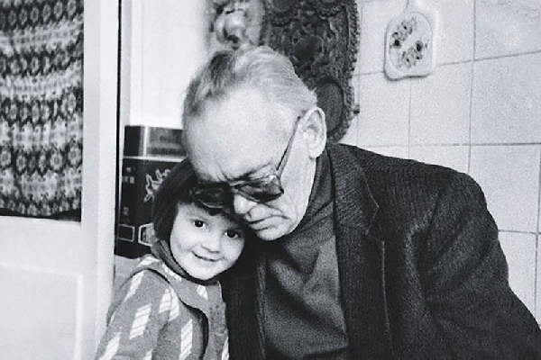 Леонид Гайдай с внучкой