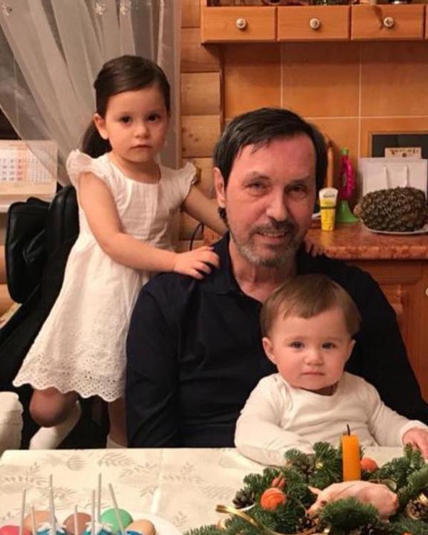 Николай Носков с внучками