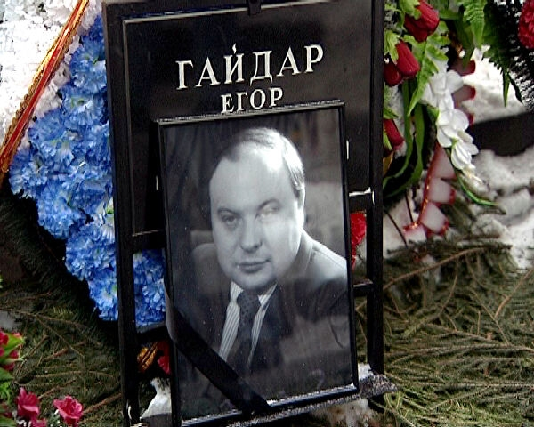 На могиле Гайдара