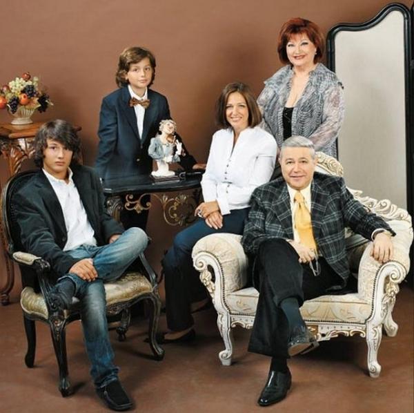 Петросян с Еленой Степаненко, дочкой Викториной и двумя внуками