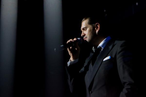 На фото: Александр Ломинский на сцене