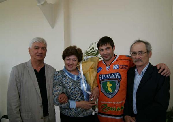 На фото: Александр Попов с родителями и тренером
