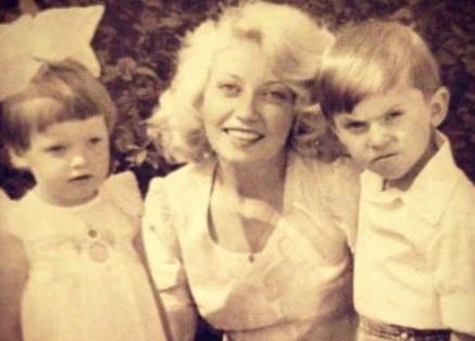 На фото: Александр с сестрой и мамой