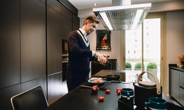 Александр Селезнев у себя дома, на кухне