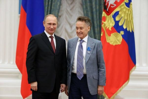 Владимир Путин и Андрей Дементьев - церемония награждения Орденом Почёта