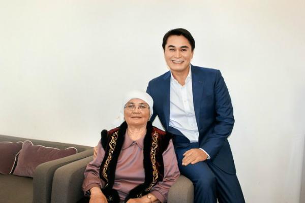 На фото: Арман Давлетьяров с мамой