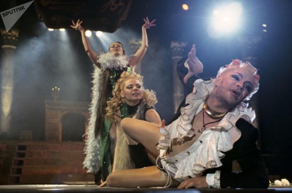 Борис Моисеев в составе трио «Экспрессия» исполняет танец «Дитя порока»
