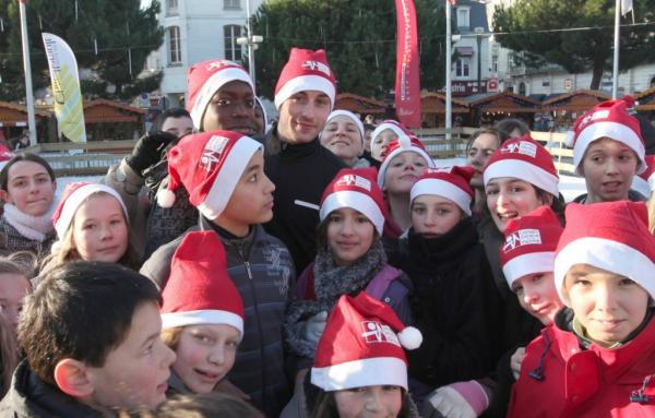 Брайан с детьми из своего благотворительного фонда