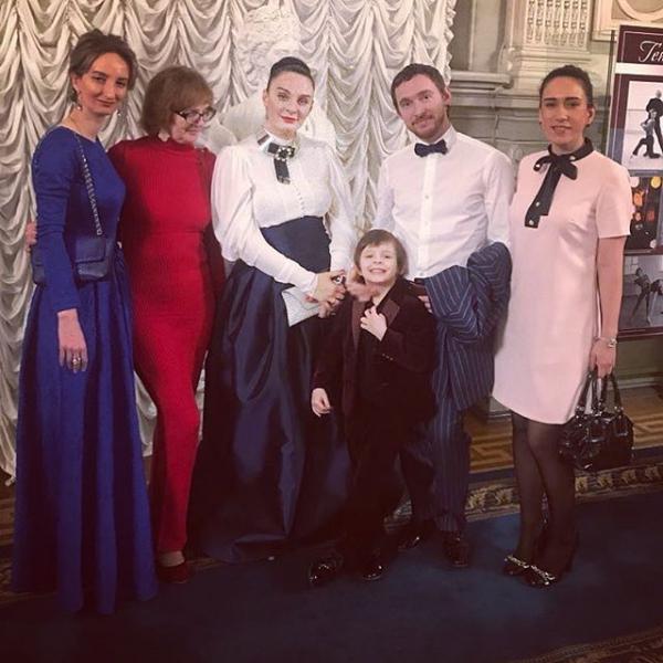 Елена Ваенга с мужем, сыном, мамой и сестрами