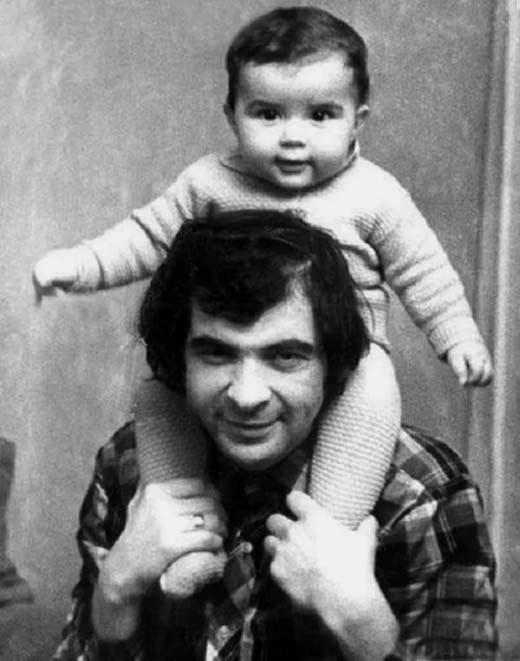 На фото: Денис в детстве с отцом Ильей Олейниковым