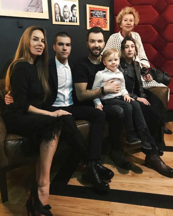 Денис Клявер с детьми, женой Ириной и мамой