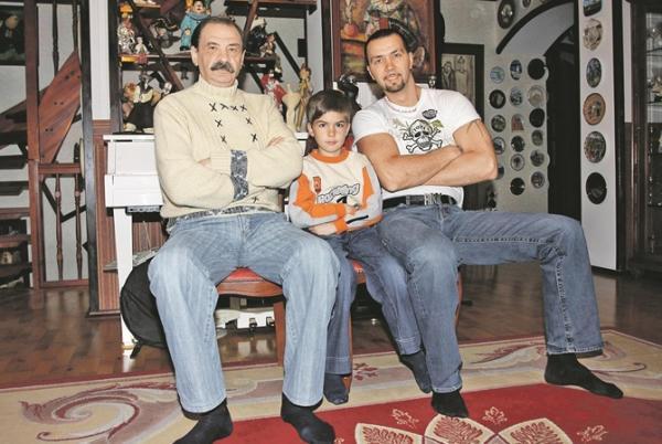 Денис с отцом и старшим сыном