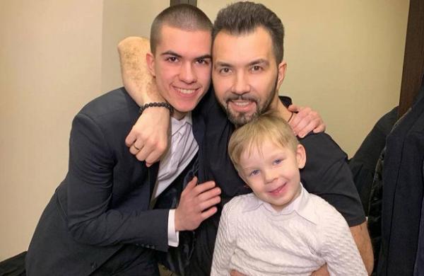 На фото: певец с сыновьями