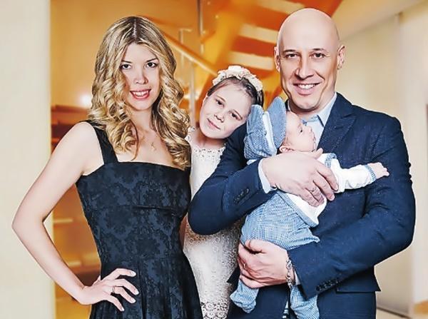 Денис Майданов с женой Натальей, дочерью Владой и сыном Бориславом