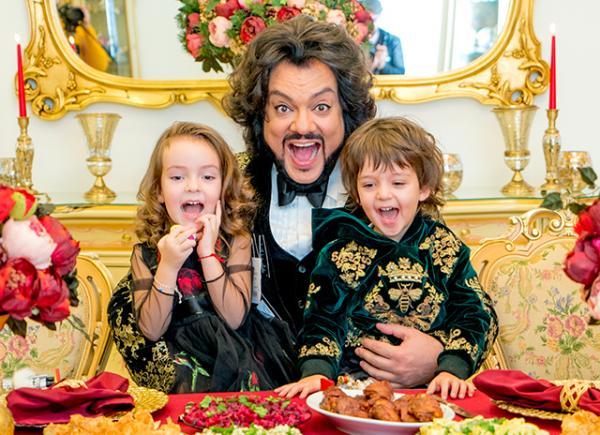 На фото: Филипп Киркоров с детьми