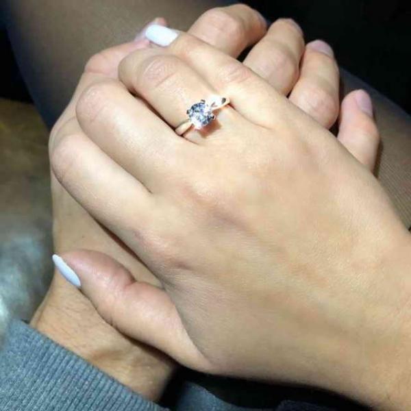 Фото с обручальным кольцом