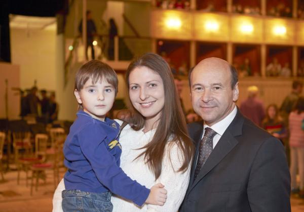 На фото: Анастасия и Александр Корчак с оперным режиссером Домиником Мейером