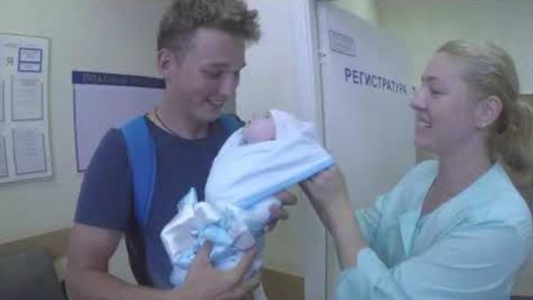 Эдвард Билл с новорожденной дочкой
