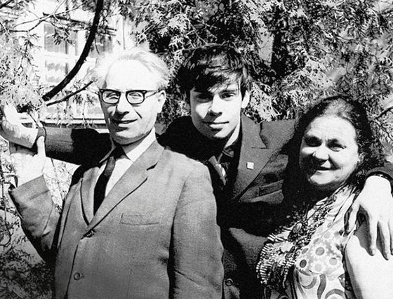 Ефим Шифрин с родителями
