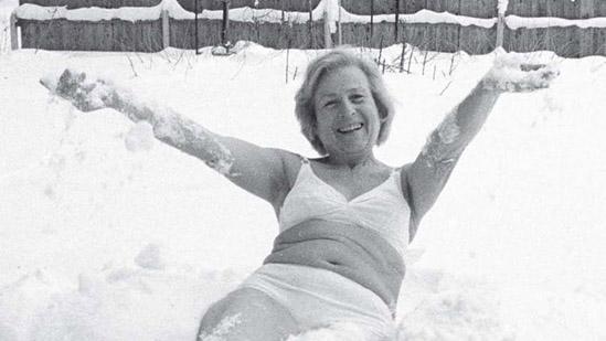 Галина Шаталова закаляется в снегу