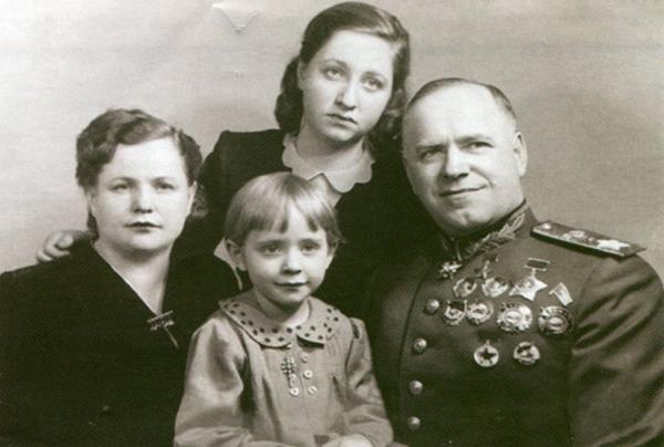 Маршал Георгий Жуков с первой женой и дочерьми: Эрой (вверху) и Эллой