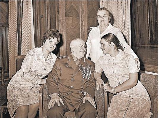 На фото: Георгий Жуков с женой Галиной (слева) и дочерью Машей у себя на даче