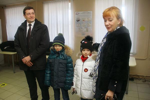 Глеб Никитин с женой и детьми