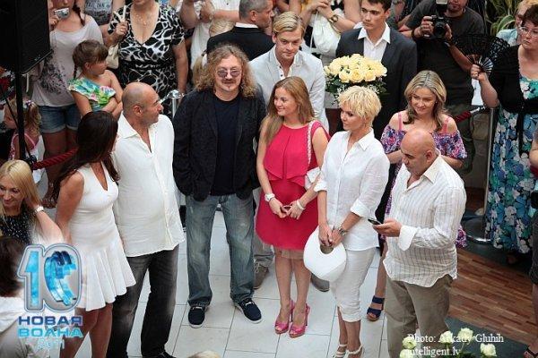 Игорь Крутой с женой Ольгой в окружении коллег и друзей