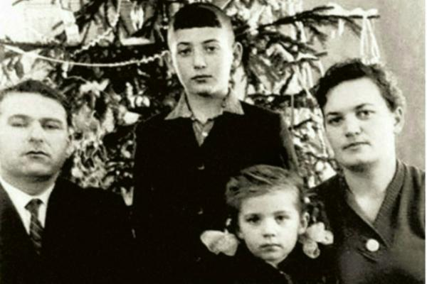 Игорь Крутой в детстве с отцом Яковом Александровичем, мамой Светланой Семёновной и сестрой Аллой