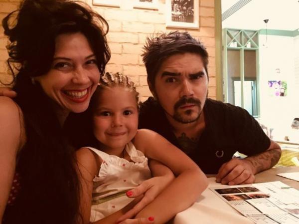 На фото: Юрий, его жена и дочь