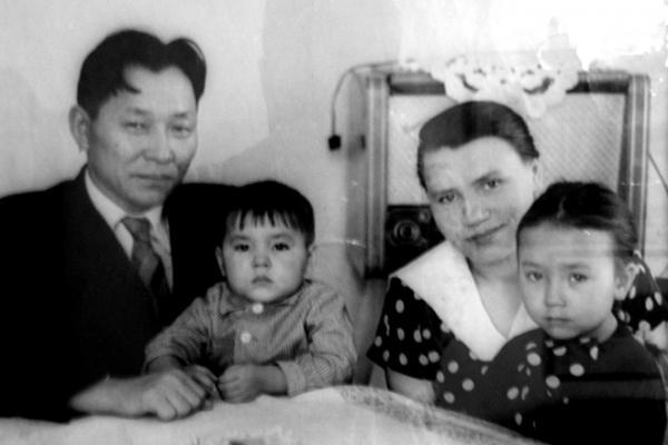 На фото: Сергей Шойгу с родителями и сестрой