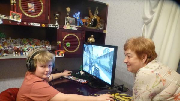 На фото: мама тренера и его сын Дмитрий