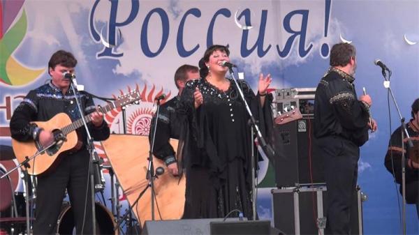 Анастасия выступает на одном из таких фестивалей