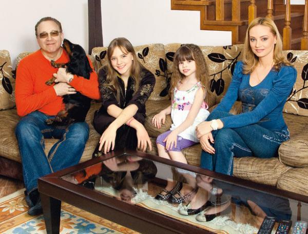 Максим Дунаевский с женой Мариной Рождественской и детьми - Полиной и Марией