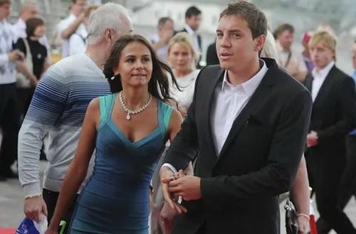 На фото: Артем Дзюба с женой