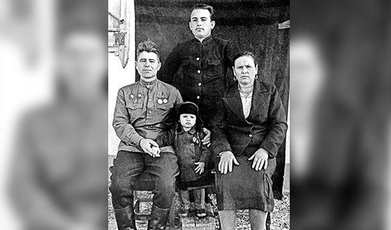 Михаил Горбачев с родителями и младшим братом