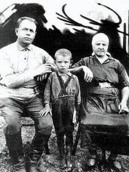 Миша Горбачёв с дедом Пантелеем Ефимовичем Гопкало и бабушкой Василисой Лукьяновной Гопкало
