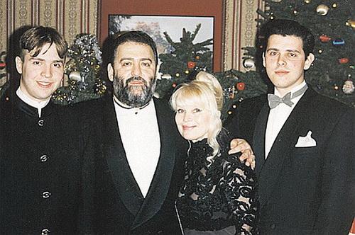Супруги Шуфутинские с сыновьями Дэвидом и Антоном