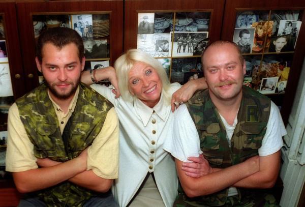 На фото: Светлана Светличная с сыновьями (Олег Ивашов - слева)