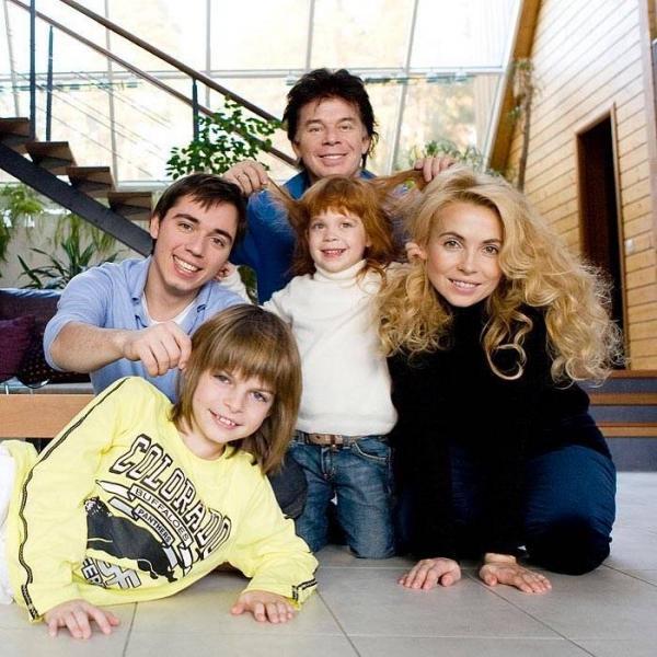 Родион Газманов с отцом, сестрой и сводным братом, а также второй женой отца, Олега Газманова
